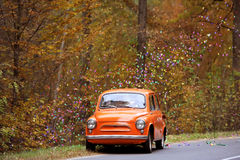 O carro antigo no dia do casamento do outono Fotografia de Stock