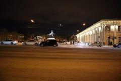 O carro atravessa rapidamente a cidade da noite foto de stock
