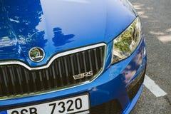 O carro azul do esporte novo de Skoda Octavia VRS estacionou em Paris imagens de stock
