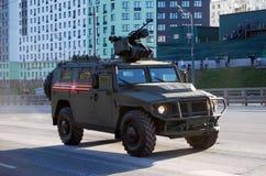 O carro blindado de Tigr-M equipado com o módulo de combate o mais atrasado com BMDU de controle remoto 'Arbalet-DM ' fotos de stock