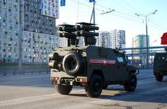 O carro blindado de Tigr-M VPK-2331 com Cornet-D1 o sistema de mísseis do anti-tanque SPTRK imagens de stock royalty free