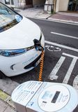 O carro bonde de Renault Zoe conectou a uma estação de carregamento Foto de Stock Royalty Free