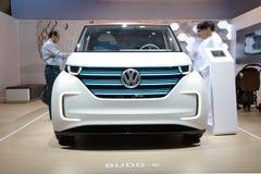 O carro bonde do conceito de Volkswagen BUDD-e está na exposição automóvel 2017 de Dubai fotos de stock