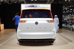 O carro bonde do conceito de Volkswagen BUDD-e está na exposição automóvel 2017 de Dubai imagem de stock royalty free