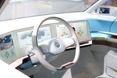 O carro bonde do conceito de Volkswagen BUDD-e está na exposição automóvel 2017 de Dubai fotografia de stock royalty free