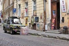 O carro brilhantemente decorado anuncia uma entrada na galeria de arte na cidade velha o 16 de junho de 2012 em Tallinn, Estônia Imagens de Stock Royalty Free