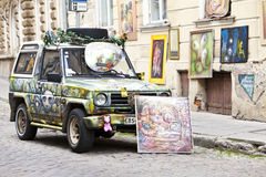 O carro brilhantemente decorado anuncia uma entrada na galeria de arte na cidade velha o 16 de junho de 2012 em Tallinn, Estônia Fotografia de Stock