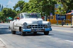 O carro clássico americano branco do cabriolet drived através de Varadero Imagens de Stock Royalty Free