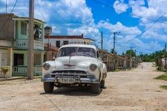 O carro clássico americano branco estacionou na rua em Santa Clara Fotos de Stock Royalty Free