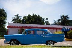O carro clássico americano em Cuba estacionou Fotos de Stock Royalty Free