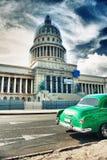 O carro clássico do vintage estacionou na frente da construção de Capitolio Foto de Stock Royalty Free