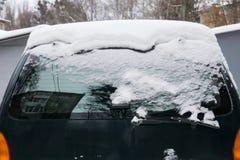 O carro, coberto com a camada grossa de neve Consequência negativa de quedas de neve pesadas Close-up foto de stock