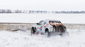 O carro da reunião 4WD apressa-se na estrada coberto de neve Fotografia de Stock Royalty Free