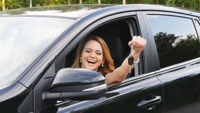 O carro da terra arrendada do excitador da mulher fecha a condução de seu carro novo filme