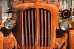O carro de bombeiros alaranjado velho de Vinatge senta a oxidação no país do deserto Foto de Stock