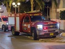 O carro de bombeiros chegou na noite em uma chamada de emergência está na rua na cidade de Nahariyya, Israel Imagem de Stock Royalty Free