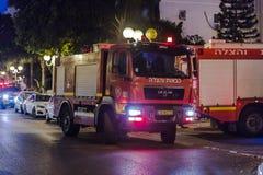 O carro de bombeiros chegou na noite em uma chamada de emergência está na rua na cidade de Nahariyya, Israel Imagens de Stock Royalty Free