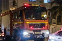 O carro de bombeiros chegou na noite em uma chamada de emergência está na rua na cidade de Nahariyya, Israel Imagens de Stock