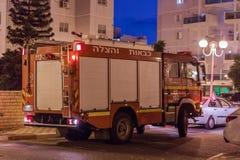 O carro de bombeiros chegou na noite em uma chamada de emergência está na rua na cidade de Nahariyya, Israel Fotografia de Stock Royalty Free