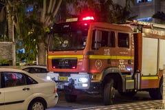 O carro de bombeiros chegou na noite em uma chamada de emergência está na rua na cidade de Nahariyya, Israel Fotos de Stock Royalty Free