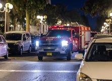 O carro de bombeiros chegou na noite em uma chamada de emergência está na rua na cidade de Nahariyya, Israel Fotos de Stock
