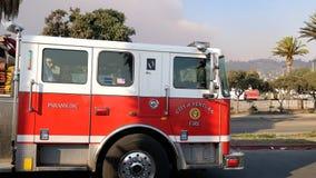 O carro de bombeiros que conduz para o fogo de Thomas, milhares evacua em Califórnia do sul enquanto os incêndios violentos cresc fotos de stock