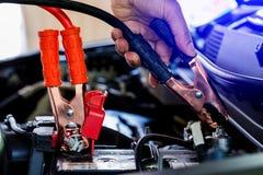 O carro de carregamento do foco seletivo com calha da eletricidade cabografa foto de stock royalty free