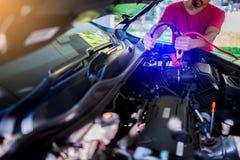 O carro de carregamento do foco seletivo com calha da eletricidade cabografa imagem de stock royalty free