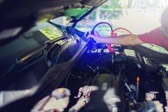 O carro de carregamento do foco seletivo com calha da eletricidade cabografa fotos de stock royalty free