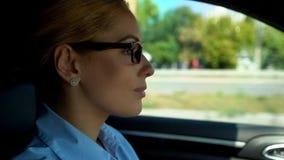 O carro de condução fêmea pela primeira vez, sente incerto, mulher que mantém-se às regras da estrada foto de stock