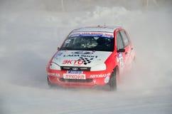 O carro de esportes transforma em um patim na trilha gelada fotografia de stock royalty free