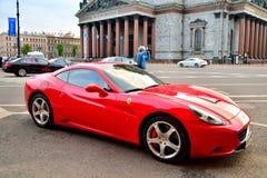 O carro de Ferrari no fundo da catedral do St Isaac no Sa Fotografia de Stock