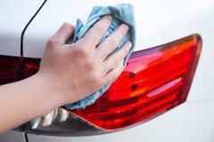 O carro de lavagem da mão masculina ilumina-se com pano do microfiber Imagens de Stock Royalty Free
