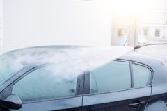 O carro de lavagem em um auto da lavagem de carros presta serviços de manutenção à estação Fotos de Stock