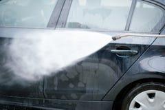 O carro de lavagem em um auto da lavagem de carros presta serviços de manutenção à estação Imagem de Stock