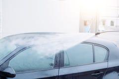 O carro de lavagem em um auto da lavagem de carros presta serviços de manutenção à estação Fotografia de Stock Royalty Free