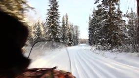 O carro de neve é fora de estrada no taiga video estoque