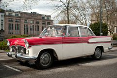 O carro de Simca Chamborg estacionou em um estacionamento da cidade Fotos de Stock