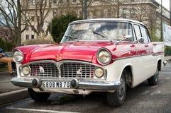 O carro de Simca Chamborg estacionou em um estacionamento da cidade Fotos de Stock Royalty Free