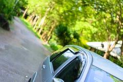 o carro de SUV puxou sobre em um meio da floresta Imagens de Stock