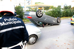 O carro do acidente virou no meio da estrada Fotos de Stock Royalty Free