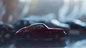 O carro do brinquedo é movimentações da cor vermelha da esquerda para a direita filme