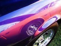 O carro do músculo refletiu em outro na mostra da reunião fotografia de stock