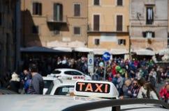 O carro do táxi assina dentro Roma, Itália Imagens de Stock Royalty Free