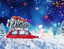 O carro do vintage com árvore de Natal e os presentes com noite iluminam-se rendição 3d Imagens de Stock