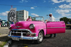O carro do vintage em Havana, Cuba até à data dos povos cubanos do outubro 2011 obteve finalmente o direito de trocar em comprar  Fotos de Stock