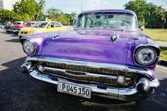 O carro do vintage em Havana, Cuba até à data dos povos cubanos do outubro 2011 obteve finalmente o direito de trocar em comprar  Foto de Stock