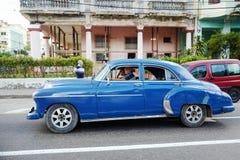 O carro do vintage em Havana, Cuba até à data dos povos cubanos do outubro 2011 obteve finalmente o direito de trocar em comprar  Imagem de Stock Royalty Free