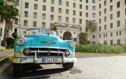 O carro do vintage em Havana, Cuba até à data dos povos cubanos do outubro 2011 obteve finalmente o direito de trocar em comprar  Imagens de Stock Royalty Free