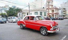 O carro do vintage em Havana, Cuba até à data dos povos cubanos do outubro 2011 obteve finalmente o direito de trocar em comprar  Fotografia de Stock Royalty Free
